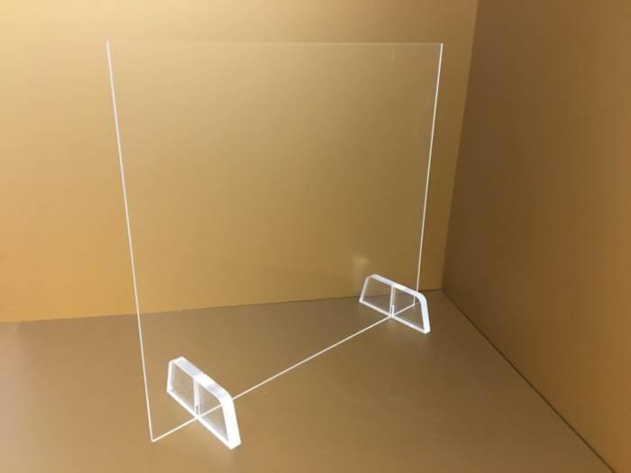 Egyedi méretű talpas plexi védőfal