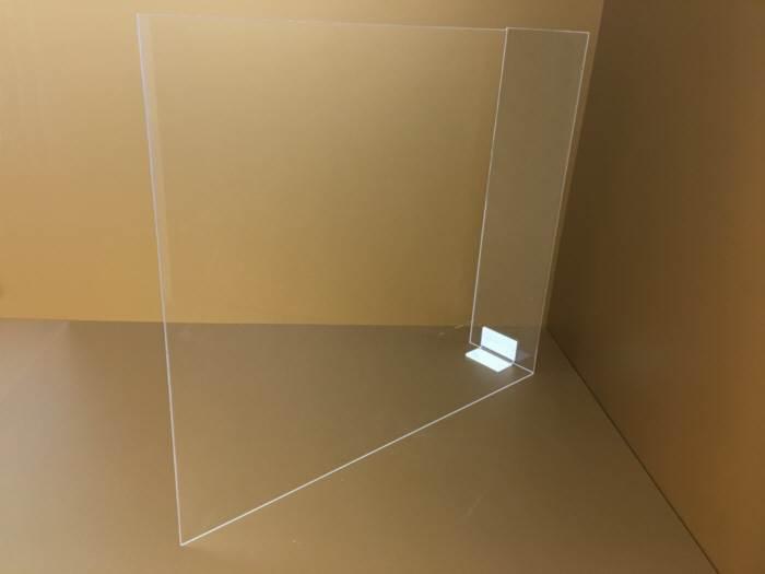 Egyedi méretű plexi védőfal